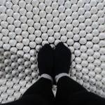 Amerikkka, 1991-2013. particolare del pavimento. Camminare sulle uova crea una situazione di spostamento.