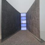 Para Pedro (dedicata al figlio), 1984-1993. Installazione multimediale con elementi sonori. Rappresenta un corridoio delimitato da pareti oglique che si restringono all'estremità, con 5 monitor in assenza di segnale.