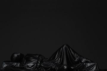 mustafa sabbagh onore al nero _ untitled, 2016 stampa fine art su dibond, 100x125 cm ed. di 5 + 1 PA – courtesy: l'artista