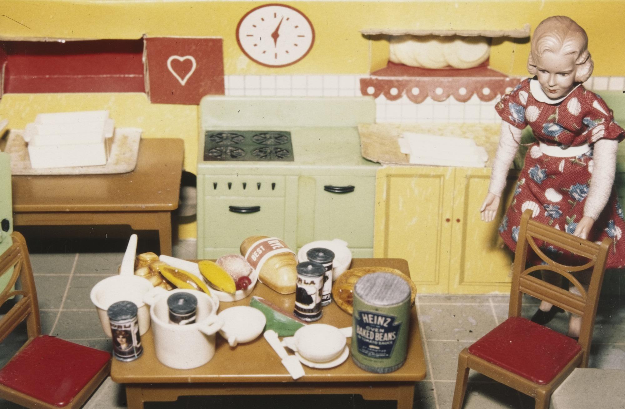 Dalla casa di bambola agli oggetti a due gambe: Laurie Simmons contro gli stereotipi femminili - Artwort